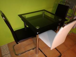 Jídelní stůl a tři židle
