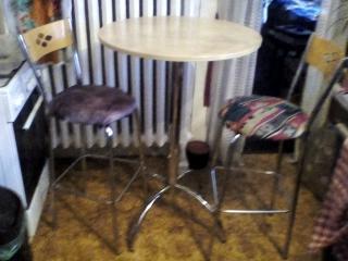 prodám nerezový barový stolek + 3 čalouněné barové židle,