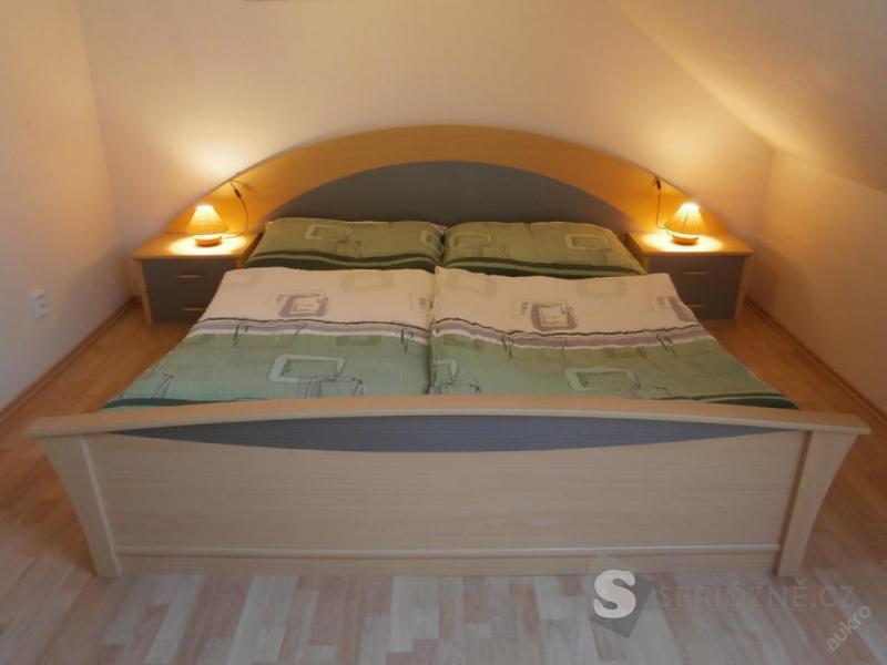 Manželská postel s roštem a nočními stolky