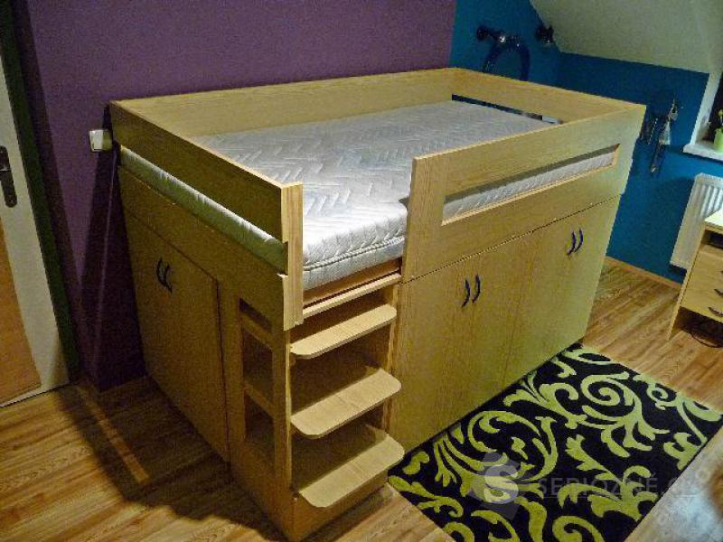 Atypická postel s matrací (velké úložné prostory)