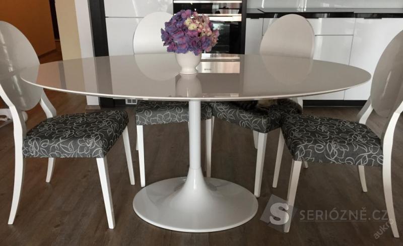 Jídelní bílý lesklý oválný stůl + 4 židle