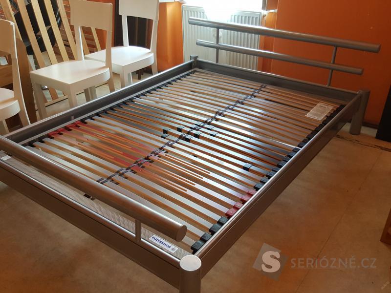 Moderní chromová postel s roštem 140x200