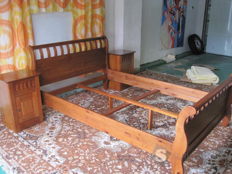 Postel v koloniálním stylu + 2 noční stolky