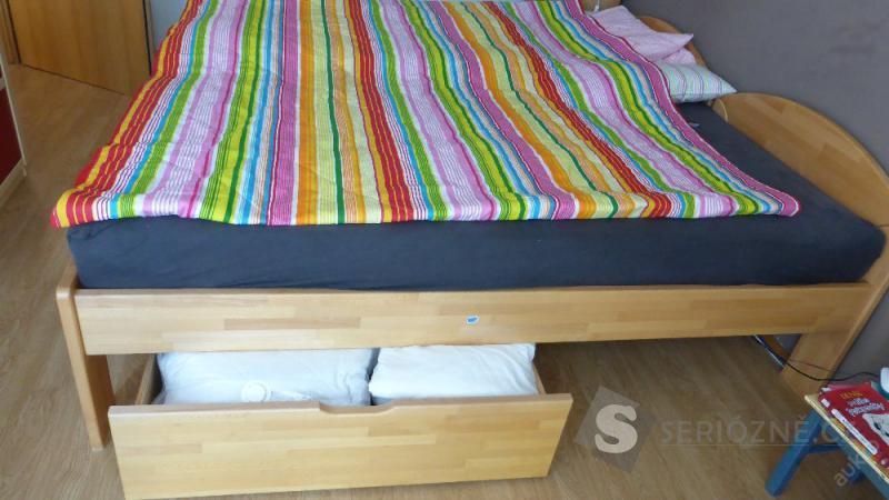 Dřevěná postel - IKEA