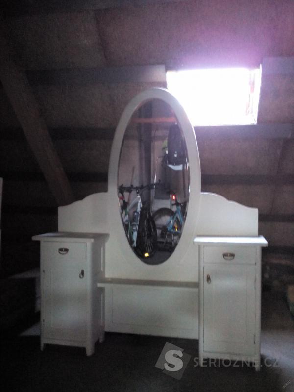 Šatní skříně a toaletní stolek se zrcadlem