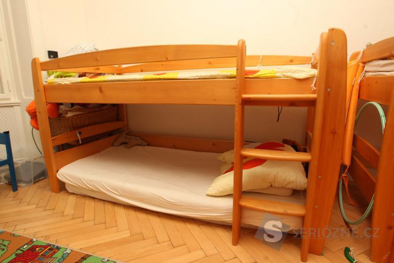 Zvýšená postel z masivu