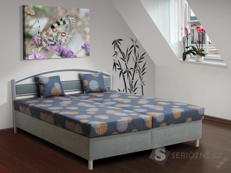 Manželská postel s kovovým čelem