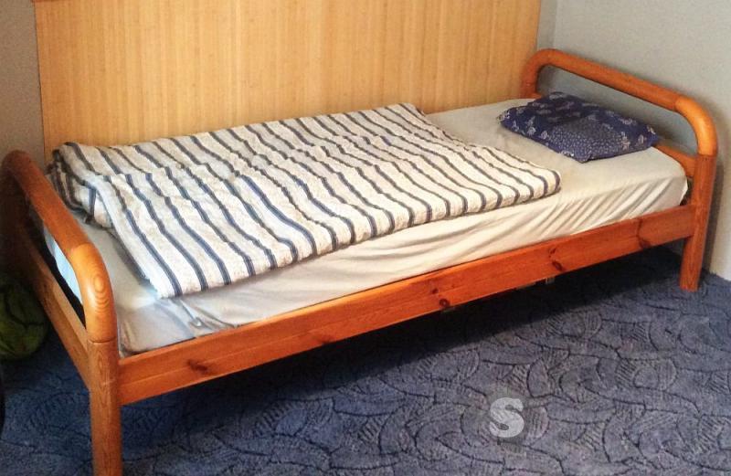 Dřevěná postel s matrací