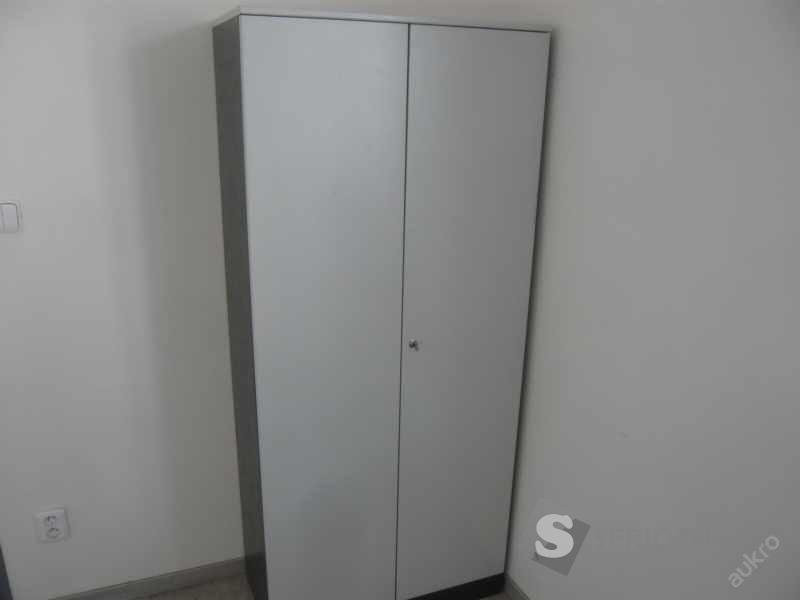 Vysoká šedá šatní skříň