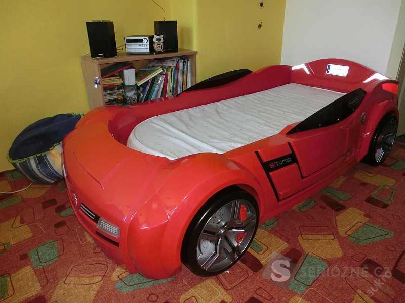 Postel, červené auto, svítí, troubí, startuje