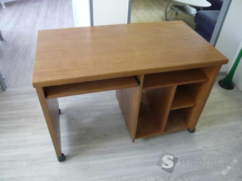 Dřevěný masivní PC stůl