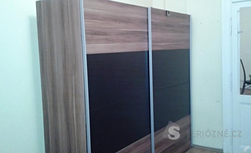 Prostorná šatní skříň, šíře 220 cm x 60 cm hloubka