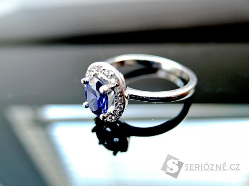 Stříbrný prstýnek se safírem