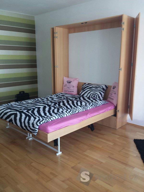 Výklopná postel ze skříně