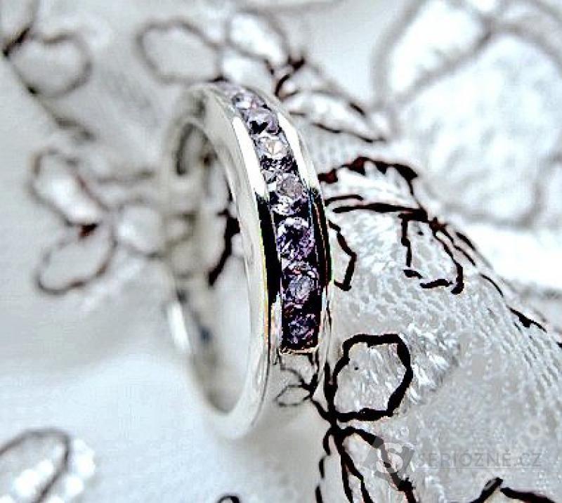 Stříbrný prstýnek s růžovými kamínky