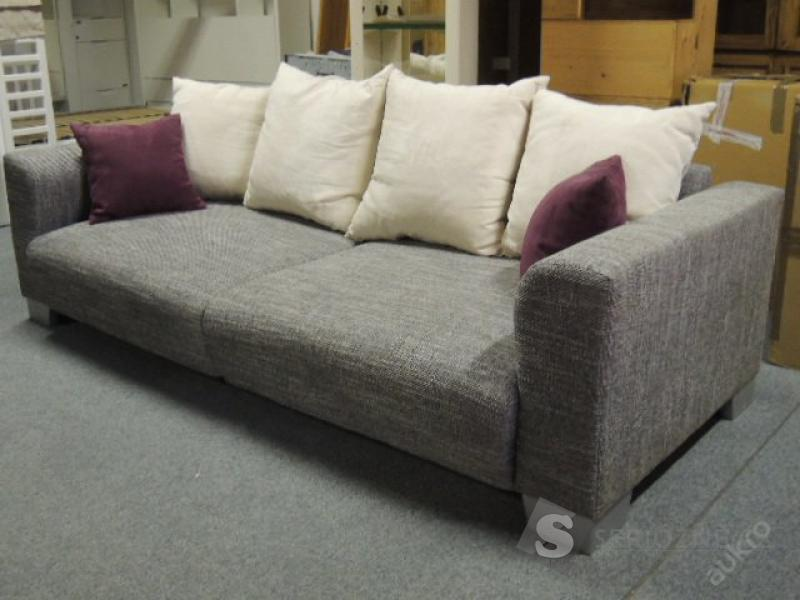 Šedokrémový gauč s polštáři
