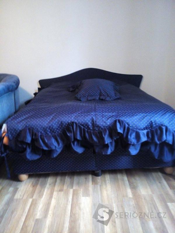 Modrá manželská postel