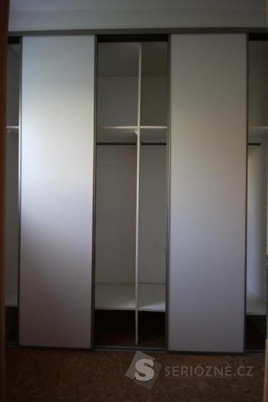 Bílá vestavná šatní skříň