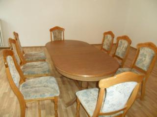 Dubový rustykální rozkládací stůl a 8 židlí