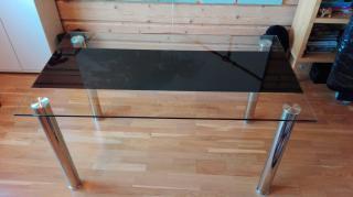 Jídelní skleněný stůl