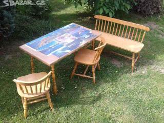 Stůl s lavicí a židlemi