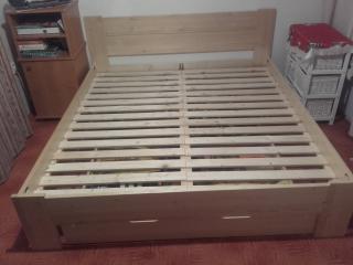 Masivní smrková postel (200 x 180 cm) s roštem