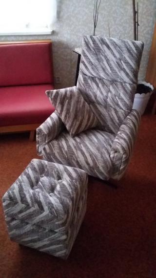Prodej pohodleného křesla s opěradlem a taburetem