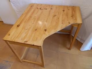 Dřevěný psací stůl lakovaný
