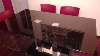 Jídelní stůl černé barvy se skleněnou deskou