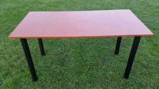 Stůl v imitaci hnědého dřeva
