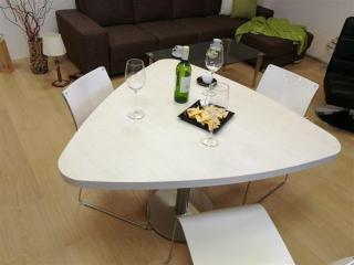 Designový bílý jídelní stůl