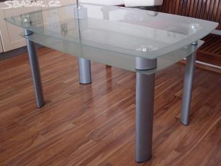 Prosklený stůl